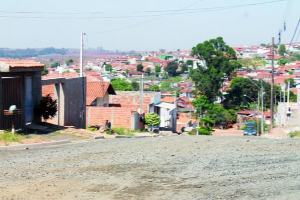 No mês passado, ruas do bairro receberam material que precede a pavimentação (Foto: Ana Paula Meneghetti)