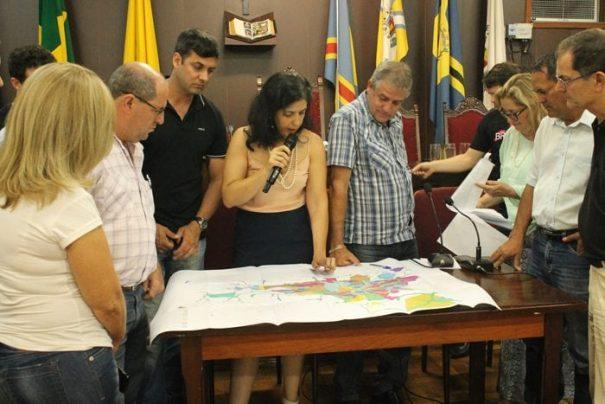 Durante a audiência, secretária explicou aos vereadores alguns pontos previstos no Plano Diretor (Foto: Ana Paula Meneghetti)