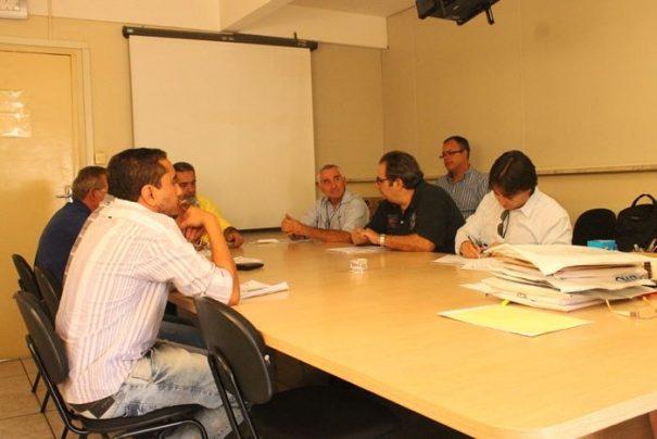 Representantes de sete empresas acompanharam a abertura dos envelopes, na manhã de sexta-feira (Foto: Ana Paula Meneghetti)