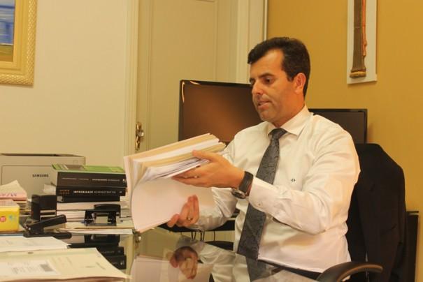 Promotor de Justiça, Rogério Filócomo, mostra processos e demonstra preocupação com a demora no julgamento de ações civis (Foto: Fernando Surur)
