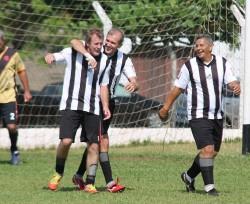 Oscarzinho comemora o quarto gol do Tucura/Pintado diante da Santa Cruz, na manhã de domingo. (Foto: Diego Ortiz)