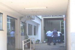Assessores e o presidente se dirigem à porta de entrada da Câmara, antes fechada