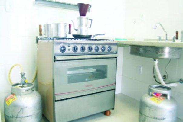 A reportagem esteve na cozinha do novo prédio onde foram encontrados dois botijões de gás (Foto: Ana Paula Meneghetti)