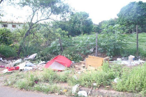 Um dos terrenos da Prefeitura virou ponto de despejo de lixo (Foto: Ana Paula Meneghetti)