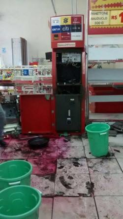 Bandidos invadiram supermercado Dia de Santo Antonio de Posse e arrombaram caixa eletrônico