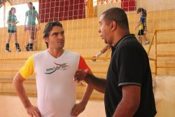 Amigos, Giba e Dirceu se reencontraram no Ginásio do Tucurão. (Foto: Diego Ortiz)