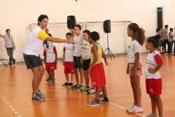 Em clínica, Giba comandou atividades com bola com as crianças. (Foto: Diego Ortiz)