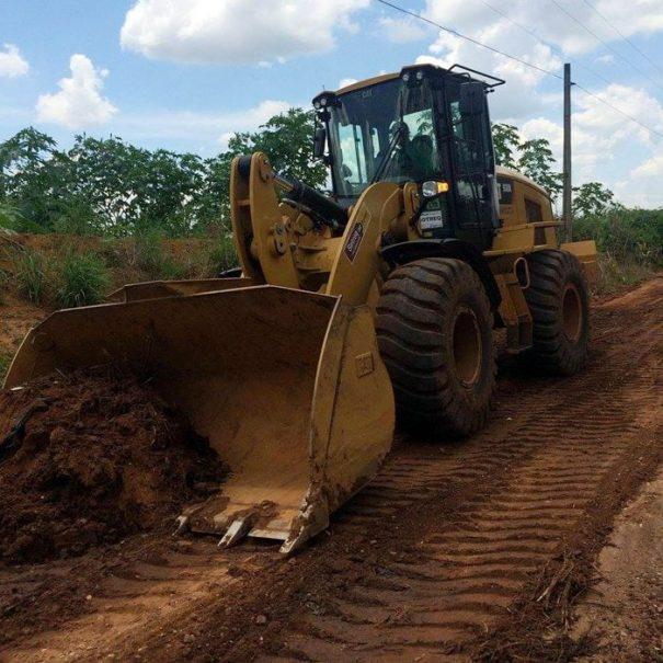 Com maquinário alugado de outra cidade, via de terra começou a ser recuperada (Foto: Divulgação)