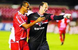 Em 2014, Mogi Mirim, com Rivaldo, foi goleado pelo São Paulo, de Rogério Ceni. (Foto: Divulgação)