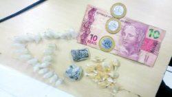 PM apreendeu pinos de cocaína, pedras de crack, maconha e dinheiro (Foto: Divulgação)
