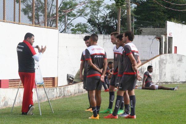Técnico Leston Júnior orienta jogadores para a estreia diante do Botafogo. (Foto: Diego Ortiz)