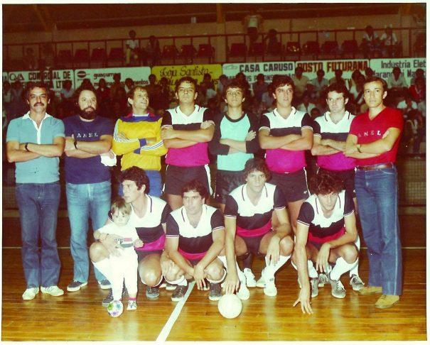 Xexa (o terceiro, em pé, a partir da esquerda) era o goleiro do poderoso Panela, que defendeu ao lado de irmãos e primos. (Foto: Arquivo Pessoal)