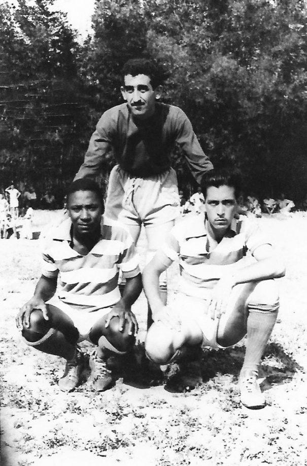 Ico Dias (agachado, à direita) foi zagueiro e depois virou juiz. (Foto: Arquivo pessoal)