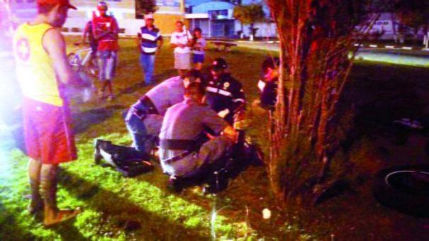 Jovem de 18 anos perdeu o controle da motocicleta Fazer e acabou batendo em uma árvore. (Foto: Divulgação)