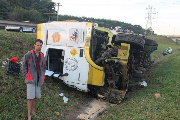 Motorista da carreta saiu ileso da colisão; veículo ficou tombado. (Foto: Diego Ortiz)