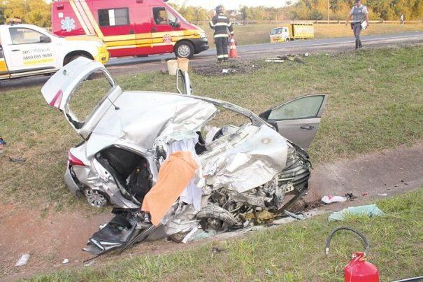 Motorista do HB20 perdeu controle do veículo, invadiu a pista contrária e bateu contra carreta. (Foto: Diego Ortiz)