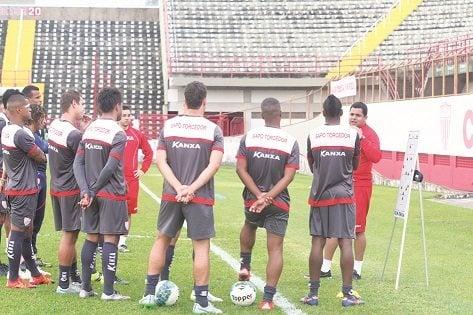 Técnico Leston Júnior conversa com time antes de treinamento. (Foto: Diego Ortiz)