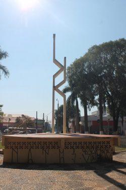 Monumentos estão pichados; área pública está mal conservada (Foto: Fernando Surur)