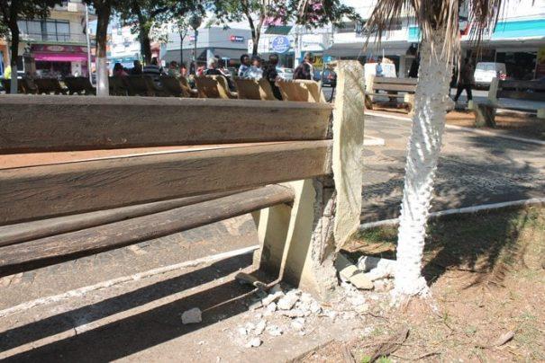 Alguns bancos da Praça Rui Barbosa também estão quebrados (Foto: Fernando Surur)