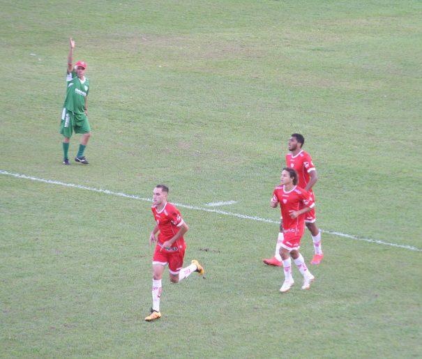 Kaio (à frente) comemora gol marcado nos acréscimos, que garantiu a vitória do Sapo. (Foto: Diego Ortiz)