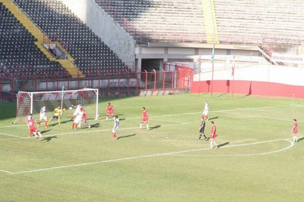 Carlinhos bate cruzado, em lance perigoso do Mogi Mirim, na primeira etapa. (Foto: Diego Ortiz)