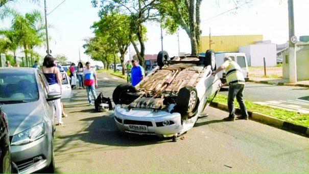 Acidente envolvendo 3 carros ocorreu nas proximidades do Hospital 22 de Outubro, na terça-feira. (Foto: Divulgação)