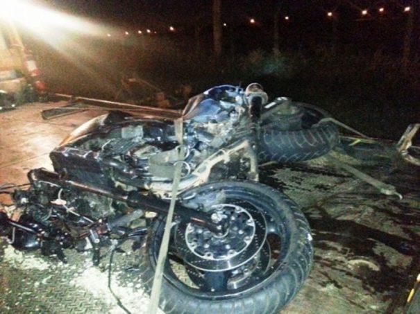 Motocicleta ficou destruída; acidente foi no KM 156 (Foto: Divulgação)