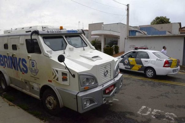 Carro-forte foi parado pelos bandidos no trevo entre a SP-340 e a SP-147, na manhã de terça-feira (Fabrício Leme de Morais/ Gazeta Guaçuana)