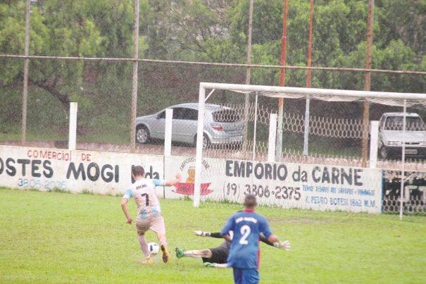Atacante Breno se livra do goleiro, antes de finalizar e marcar o gol da vitória do Nazareth/Fúria. (Foto: Diego Ortiz)