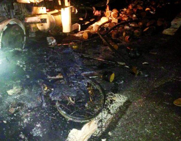 Caminhão e motocicleta pegaram fogo em acidente registrado na Rodovia SP-147, de madrugada. (Foto: Divulgação)