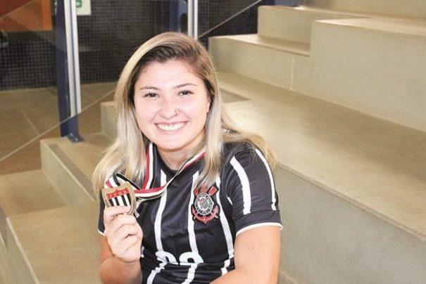 Goleira Milena exibe medalha do Campeonato Paulista da Federação. (Foto: Diego Ortiz)