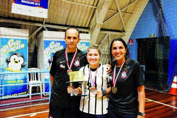 Milena, com o troféu de campeão paulista, entre o técnico Paulo e a preparadora Kátia. (Foto: Arquivo Pessoal)
