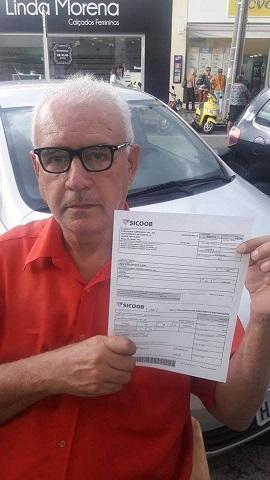 Valnei Carvalho exibe boleto de serviço prestado ao Mogi Mirim. (Foto: Divulgação)