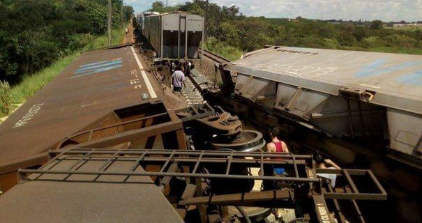 Com o choque, dois vagões descarrilaram e toda a carga de soja ficou espalhada pela linha (Fotos: Divulgação)