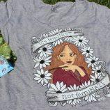 As aventuras coloridas de Giulia Cintra nas variadas camisetas