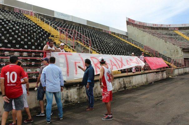 Willians Mendes fez torcedores tirarem faixa contra presidente do Mogi Mirim. (Foto: Diego Ortiz)