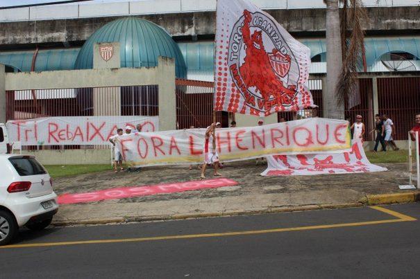 Mancha Vermelha marcou presença: bandeira, faixas e cânticos em protesto contra Luiz Oliveira. (Foto: Diego Ortiz)