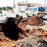 Cratera toma conta de ruas na zona Norte e provoca revolta de morador