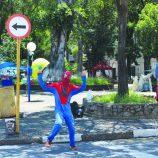 Personagens POP: O Homem-Aranha do Jardim Velho. Já viu ele no semáforo?