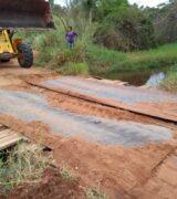 Prefeitura faz substituição da ponte de madeira por outra de concreto armado