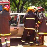 Bombeiros participam de treinamento para resgate de presos em ferragens