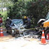 Acidente entre van escolar e carro faz vítima fatal na Estrada da Cachoeira