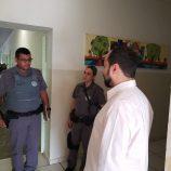 Vereador é barrado em porta de escola, fala em ditadura e aciona a Polícia