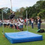 Em dia de saltos, Fabiana Murer movimenta as crianças, em evento no Clube Mogiano