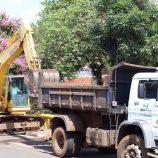Serviços de limpeza são realizados no córrego do Lavapés e em praça