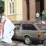 Igrejas adotam drive-thru para a comunhão