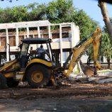 Prefeitura alega risco de queda e põe abaixo antigo prédio do Centro de Saúde