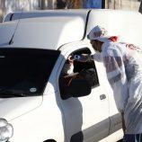 Secretaria de Saúde examina população em avenidas da cidade no modelo drive-thru