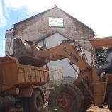 Antigo prédio abandonado da Rutilon, na Vl. São José, começa a ser demolido