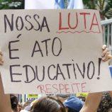 Professores da rede estadual de ensino protestam contra a volta às aulas em São Paulo
